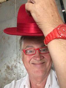 Jesse lyfter på röd hatt
